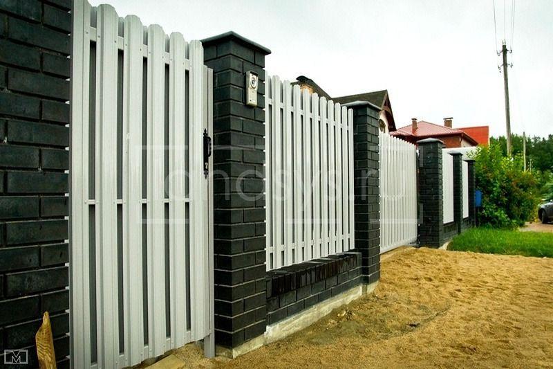 забор из евроштакетника юникс белого цвета